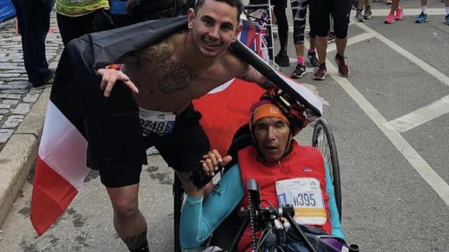 Usred maratona stao i pogurao paraliziranog natjecatelja