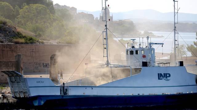 Šibenik: Još nije ugašen požar na brodu Moli, privezanom uz rivu u bivšem TEF-u
