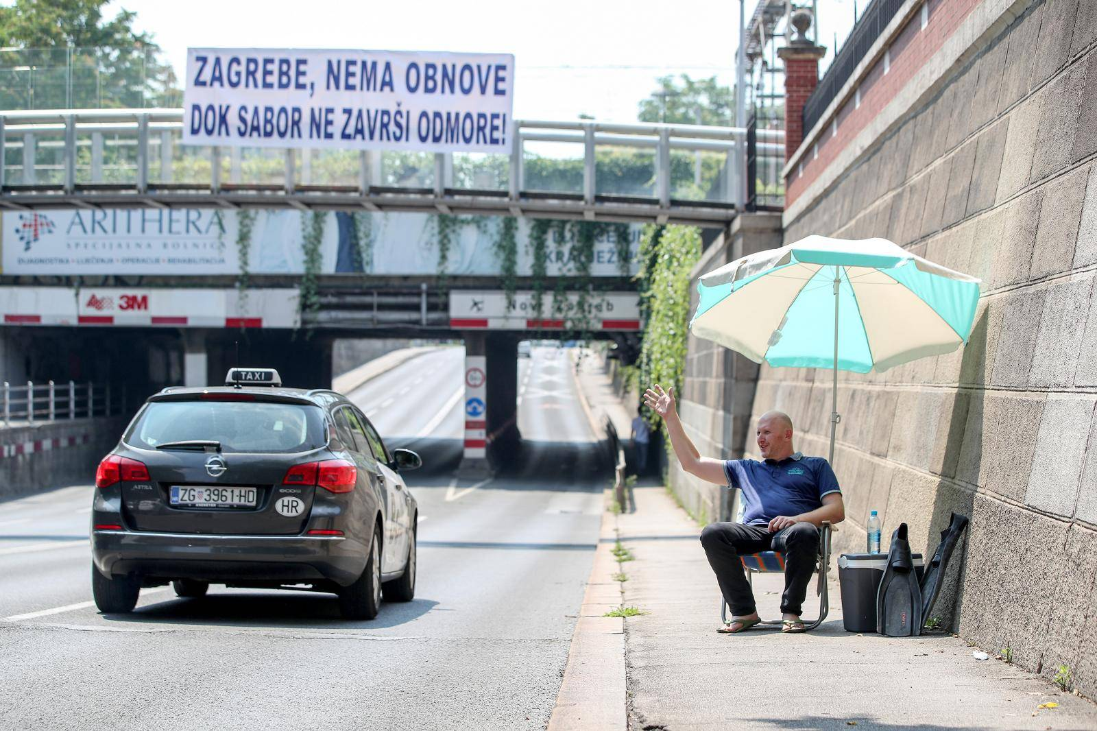 Zagreb: Renato Petek performansom pozdravio zastupnike koji odlaze na godišnje odmore