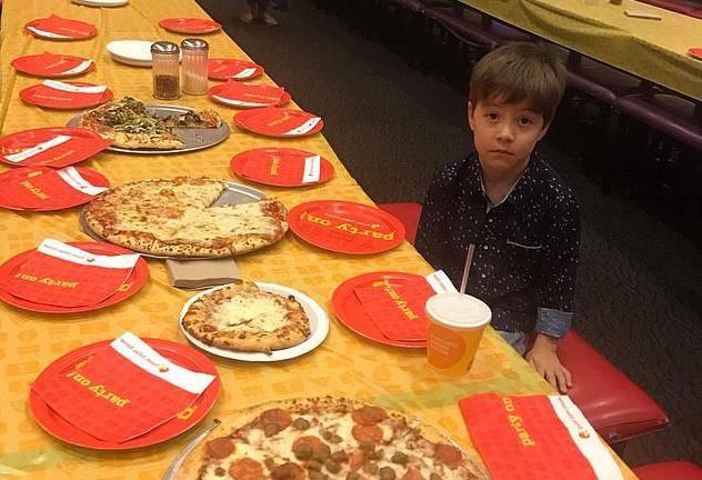 Sam za stolom: Dječaku (6) nitko nije došao na rođendan