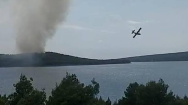 Požar na Braču su lokalizirali, u polju su se čule detonacije