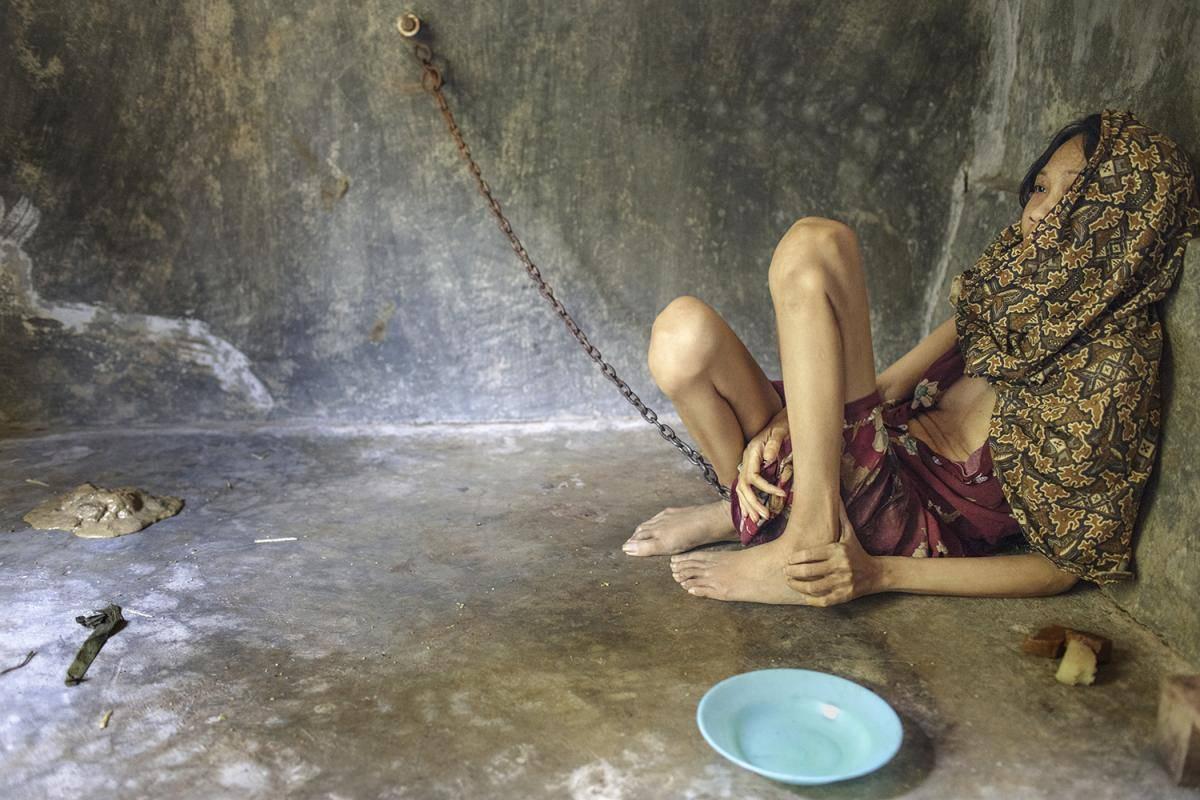 Život u paklu: Tisuće mentalno bolesnih vezani su u lancima