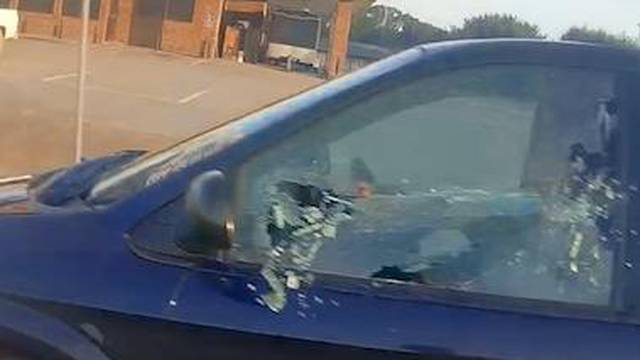 Potpuni luđaci: Vozači su se pri punoj brzini gađali - kamenjem