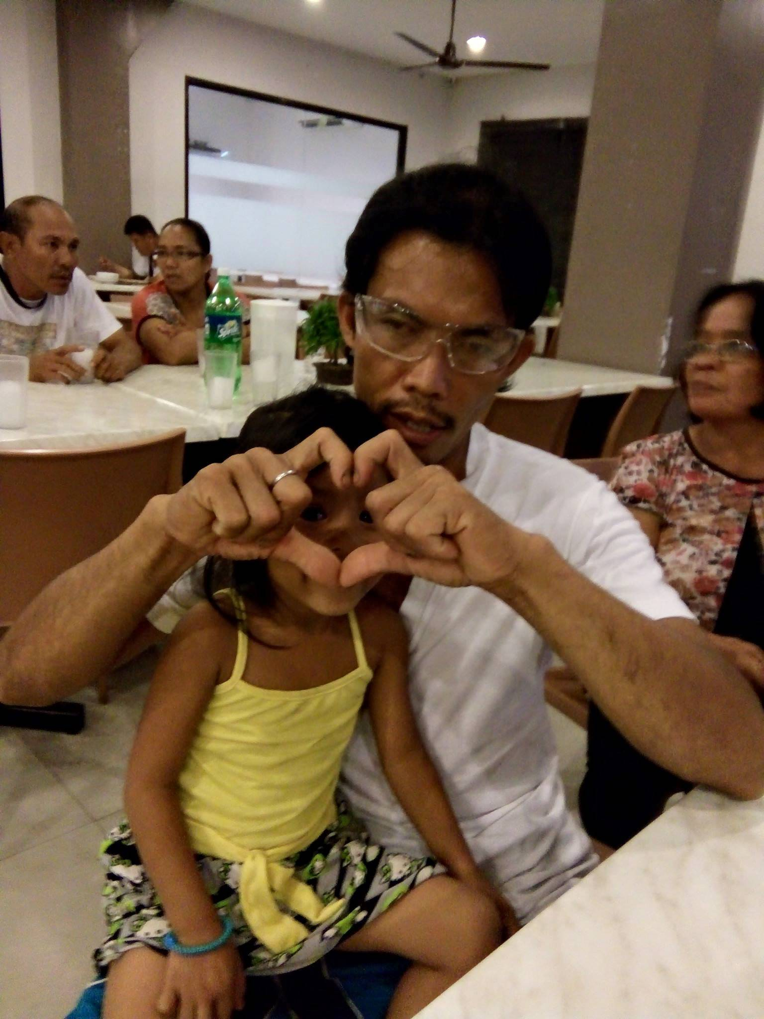 Petogodišnja curica svako jutro vodi svog slijepog oca do posla