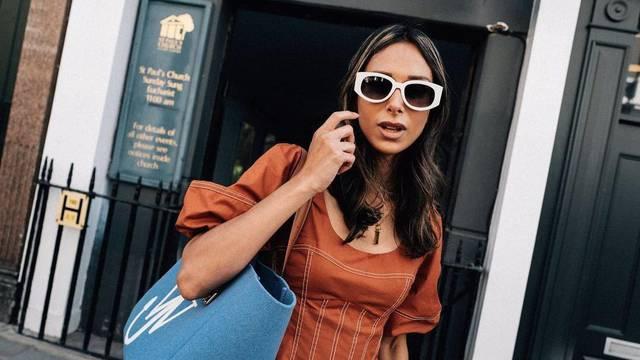 Lepršava narančasta haljina u kombinaciji s tirkiznom torbom