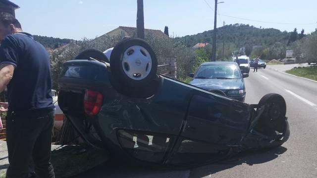 Sudar dva auta, jedan završio na krovu: Troje ljudi je u bolnici