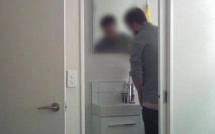 Kamera ne laže: Četkicom od cimerice češkao je - prepone