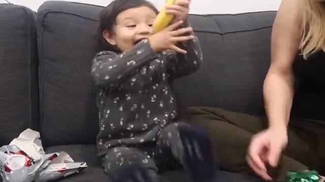 Zamotali joj bananu kao dar za Božić, reakciju morate vidjeti!