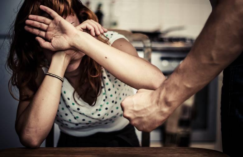 Vrijeđao i tukao suprugu pred  sinom,  prisiljavao je na seks...
