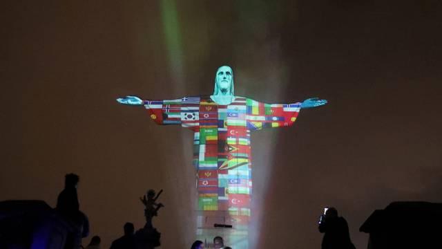 Kip Krista u Riu obojen u boje zemalja pogođenih koronom