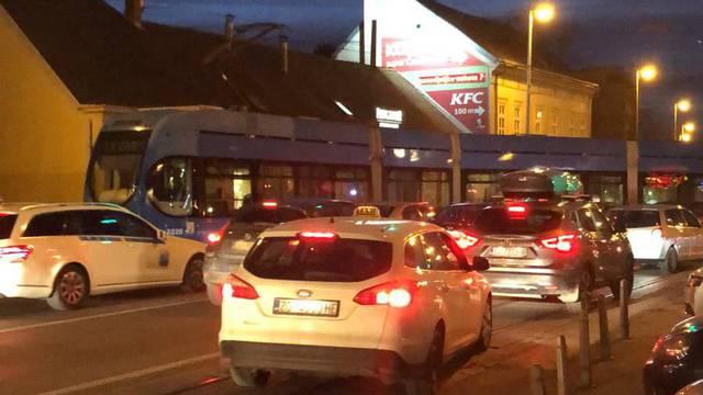Gužva na Črnomercu: Tramvaj zaustavio promet zbog kvara