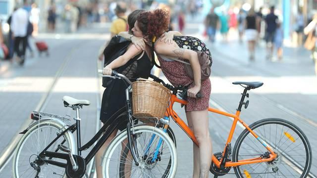Zagreb: Dvije biciklistice srdačno se pozdravile u Ilici na tramvajskoj pruzi