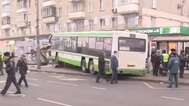Autobusom se zabio u stanicu i pokosio ljude: Troje ozlijeđenih