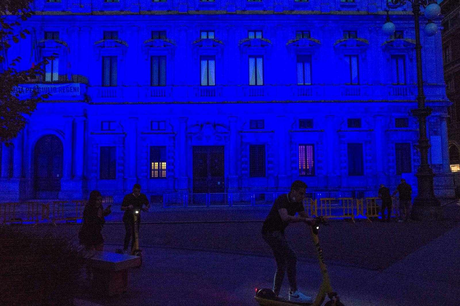 Milan. Palazzo Marino lights up blue to commemorate the day in honor of migrants