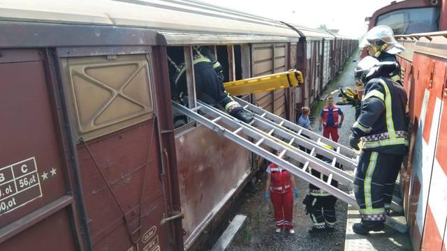 Izvlačili ih vatrogasci: Migranti s djetetom skrili su se u vagon
