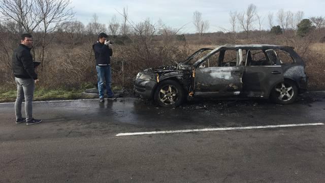 Vozač i žena u zadnji čas izašli iz gorućeg auta: 'Čulo se bum!'