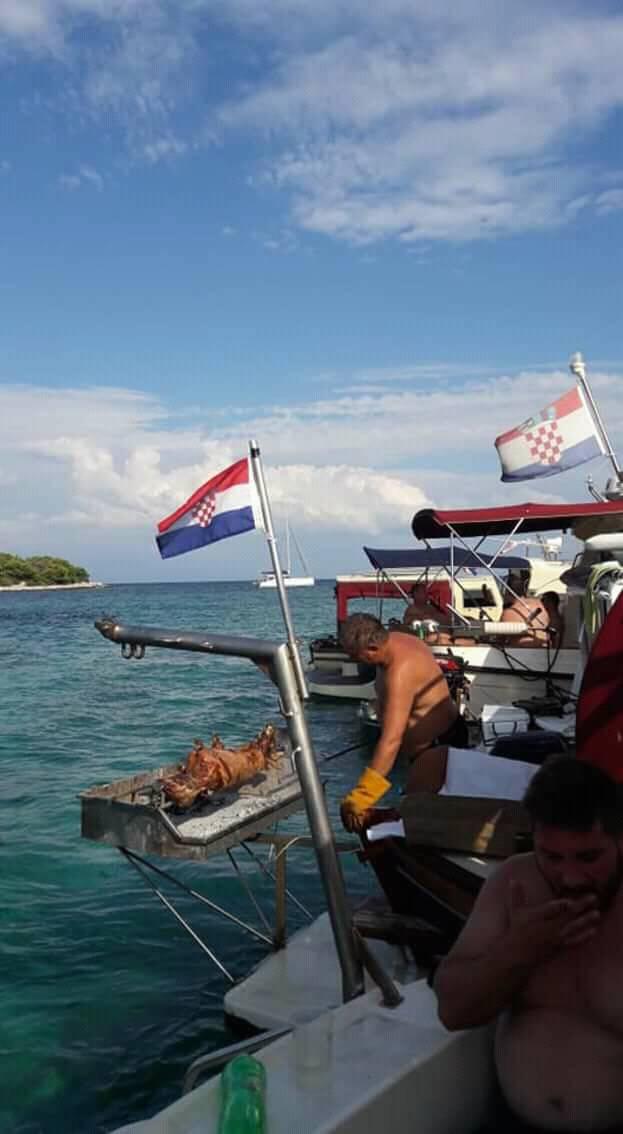Turisti u čudu: Na krmi broda kod Drvenika zavrtjeli su janje!