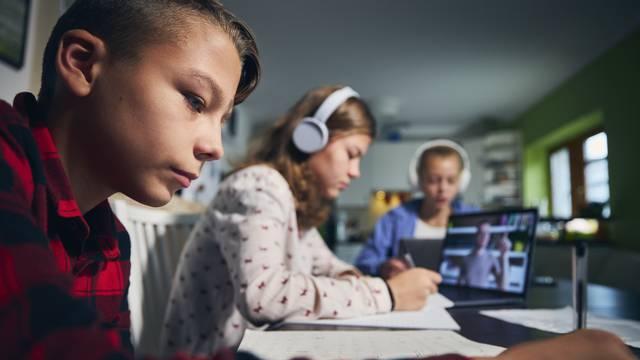 Online nastava izazov je djeci: Evo kako ih možete motivirati