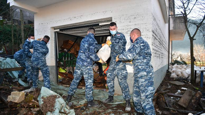 Vojska uklonila zečje nasipe i očistila ceste u Kokorićima