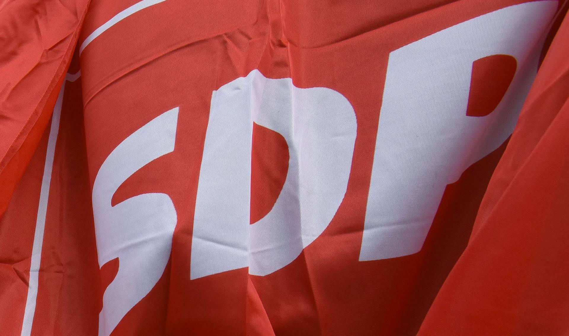 Ispred SDP-a netko je skinuo zastave i pokušao ih zapaliti