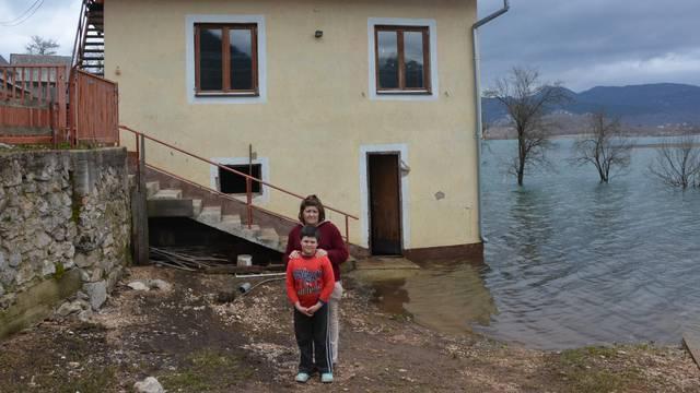 'Tužan sam, spasio sam medu i zeku, ali naša kuća je uništena'
