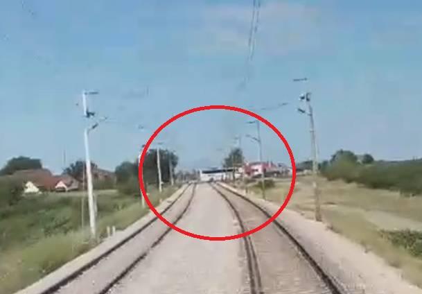 Vlak jurio 120 km/h, a vozač busa je odlučio -  zaobići rampu