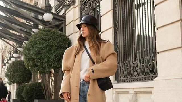Crni kožnati 'bucket hat' i maksi kaput u finoj boji bijele kave