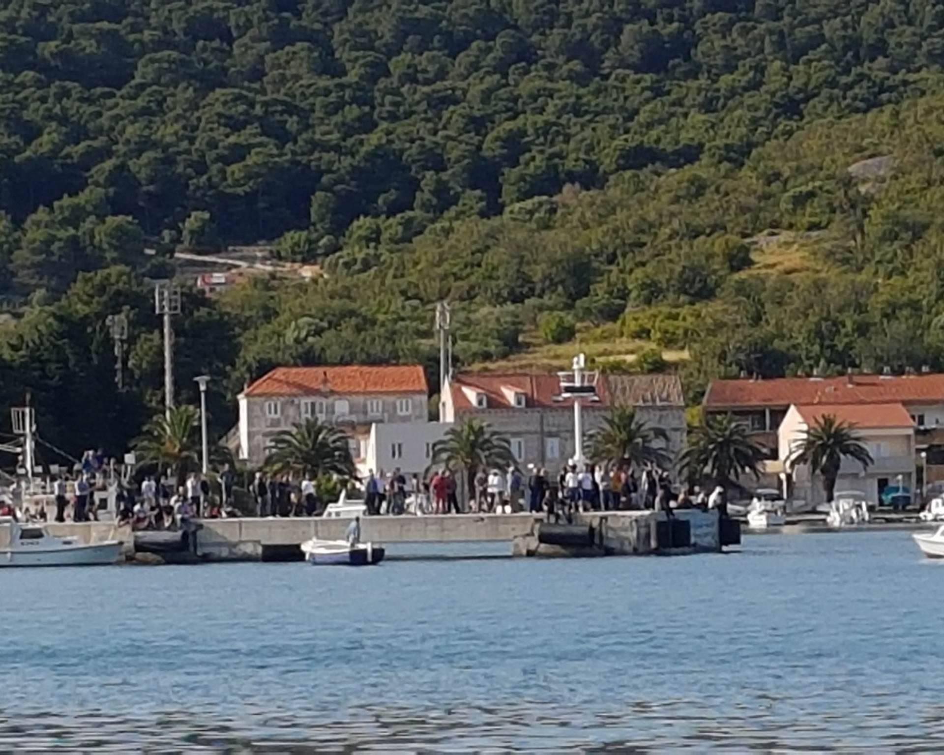 Stanovnici Visa i Komiže su blokirali pristanak katamarana