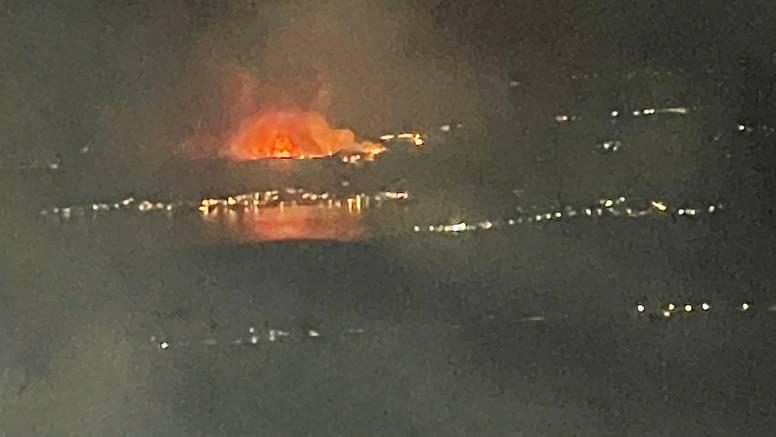 VIDEO Ovo je požar kod Zadra iz aviona, vatrogasci su se borili cijelu noć: 'Obranili smo kuće'