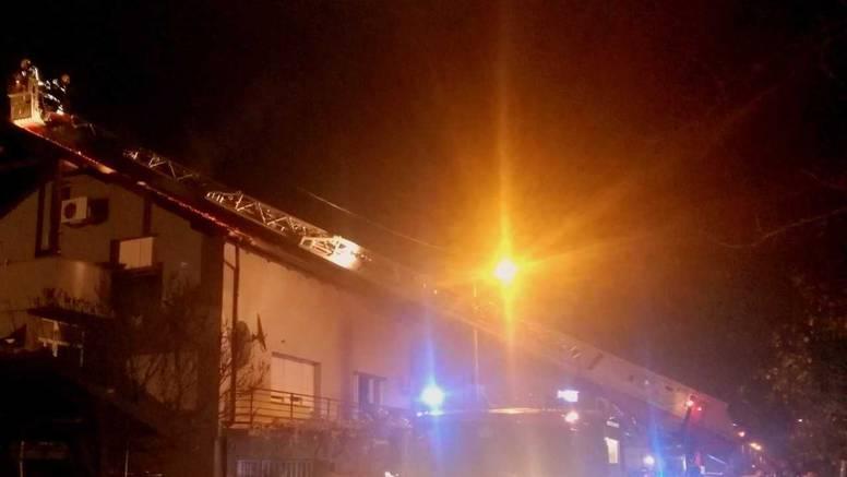 Izgorio krov kuće u Sesvetama: Požar je gasilo 27 vatrogasaca