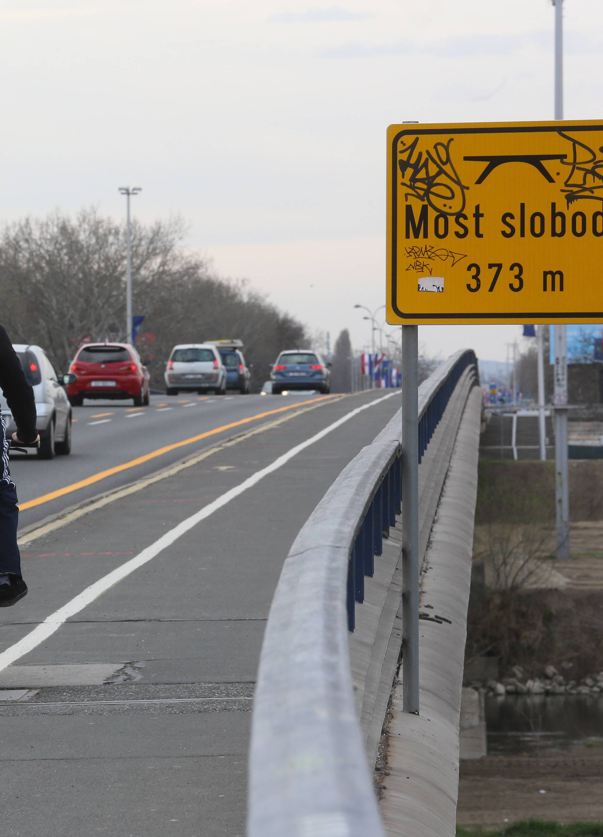 Zagreb: Postavljanje signalizacije uoči početka sanacije Mosta slobode