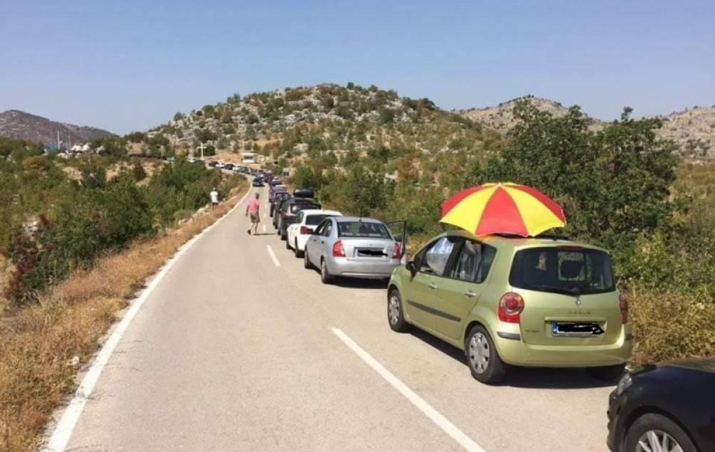 50 kilometara duga kolona vodi do Neuma. A u Makarskoj? Čak 20.000 kreveta zjapi prazno