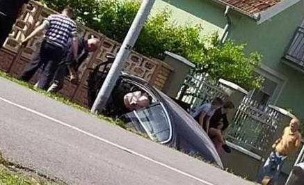 Pretjecao je i udario u drugi auto pa izletio kroz staklo...