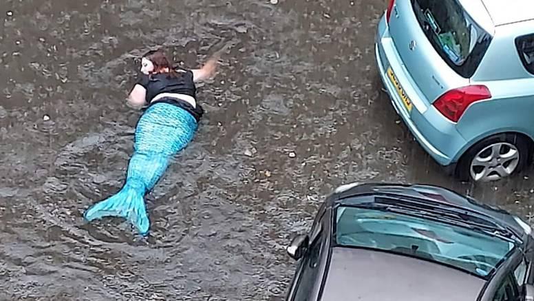 Kiša poplavila ulice Glasgowa, ali jedna žena se snašla: Obukla se kao sirena i plivala po gradu