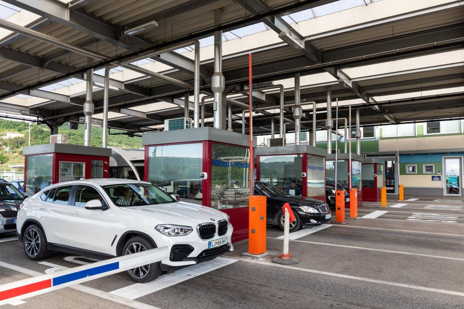Strani džavljani ulaze u RH na graničnom prijelazu Kaštel