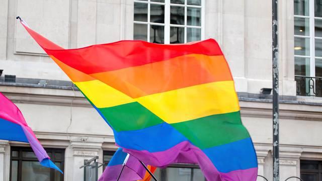 Uoči virtualne Parade ponosa u Sarajevu 15 pripadnika LGBTI zajednice mahali zastavama