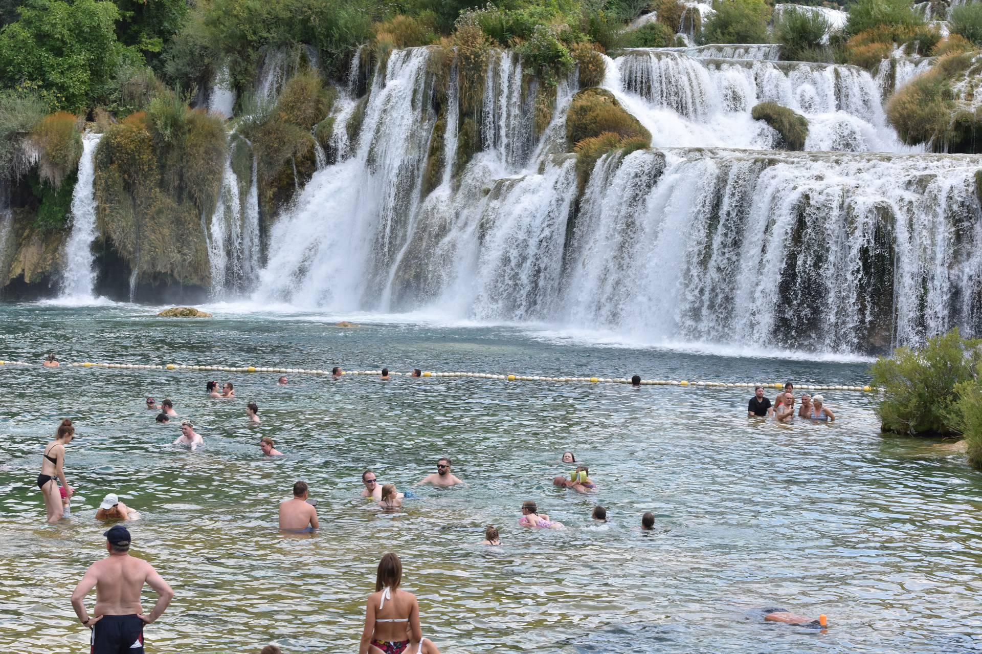 Turisti uživaju u ljepotama i kupanju na Slapovima Krke