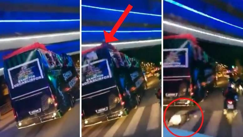 VIDEO Slavio na busu pa udario u nadvožnjak i pao ispred auta