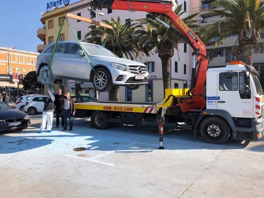 Planuo Mercedes na zadarskoj rivi: Policija uhitila tri mladića