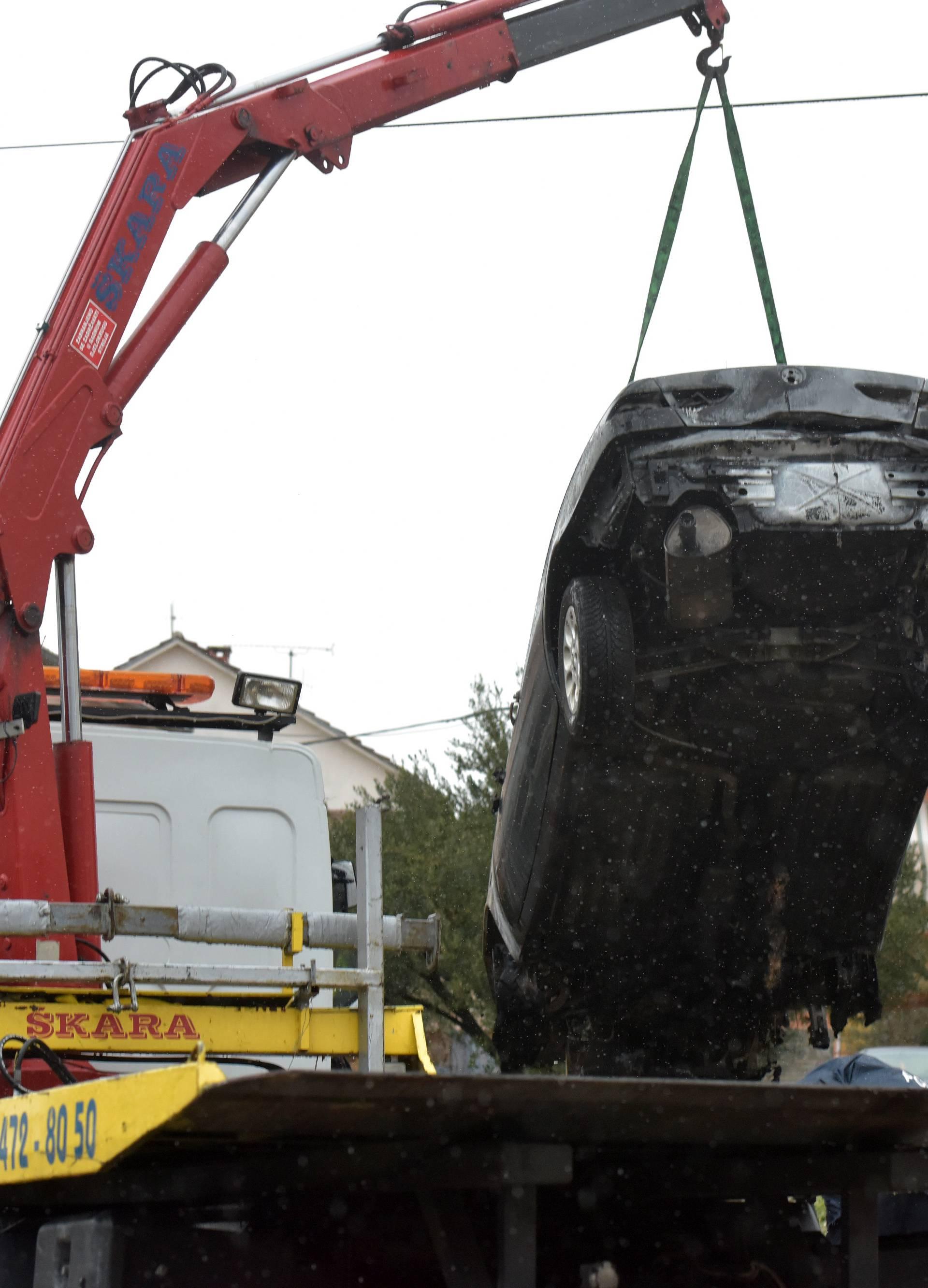 Zadar: Vučna služba odvozi jedan od dva zapaljena automobila
