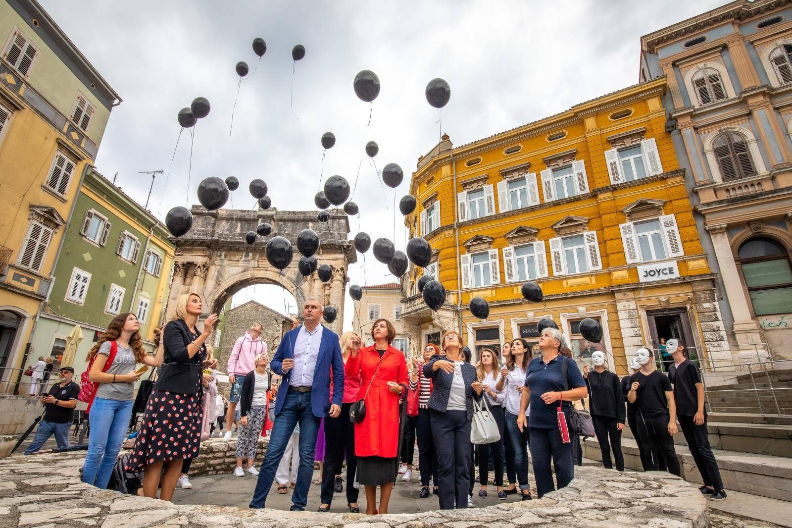 Pula: Puštanjem crnih balona na Portarati odana počast ženama žrtvama nasilja