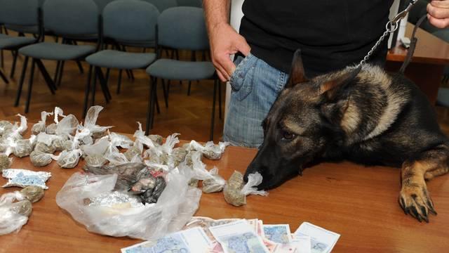 Uz pomoć policijskog psa našli 50.000 kuna i gomilu narkotika