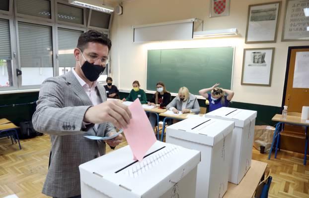 Zagreb: Kandidat MOST-a Zvonimir Troskot glasovao je na svom biračkom mjestu