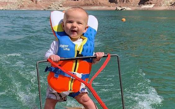 Mali rekorder: Beba Rich sa samo šest mjeseci skija na vodi
