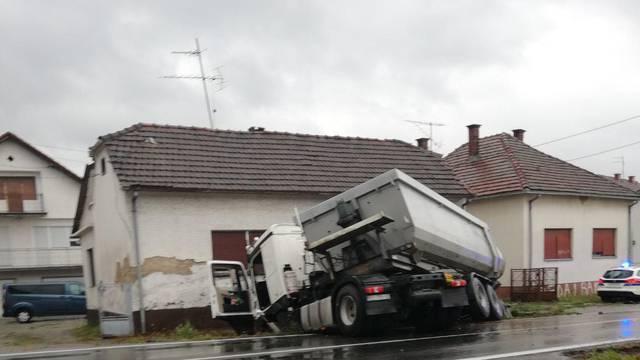Sudarila se dva kamiona i auto u Pitomači, vatrogasci rezali lim da dođu do ozlijeđenog vozača