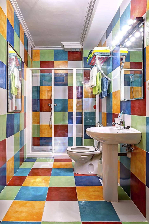 Ako su vam dosadile pločice u kupaonici - možete ih obojiti
