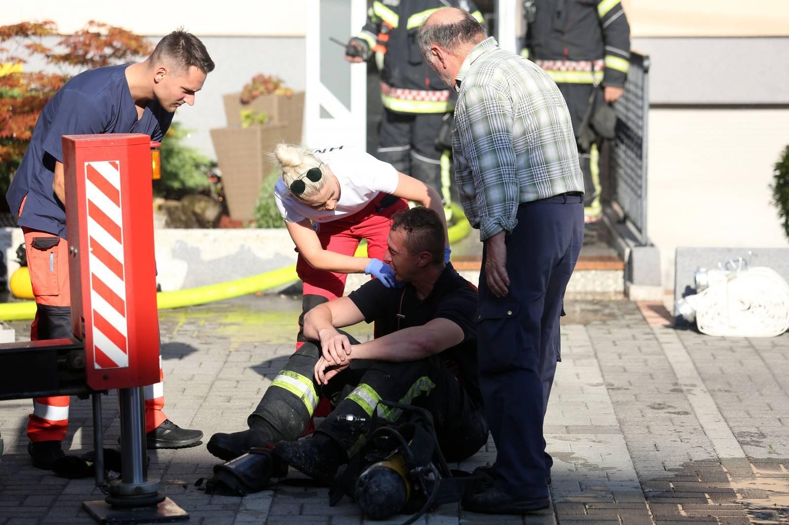 Velika Gorica: U stambenoj kući izbio požar, na intervenciji ozlijeđeno dvoje vatrogasaca