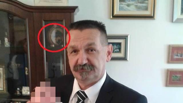 Na Fejsu: Pero Ćorić pozira, a u pozadini je slika Ante Pavelića