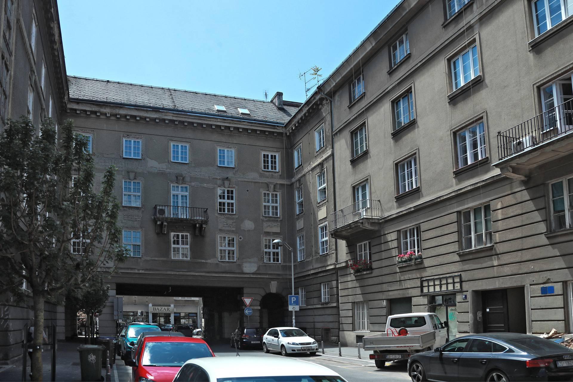 Nesvakidašnji prizor: Na krovu zgrade izraslo je mlado drvo