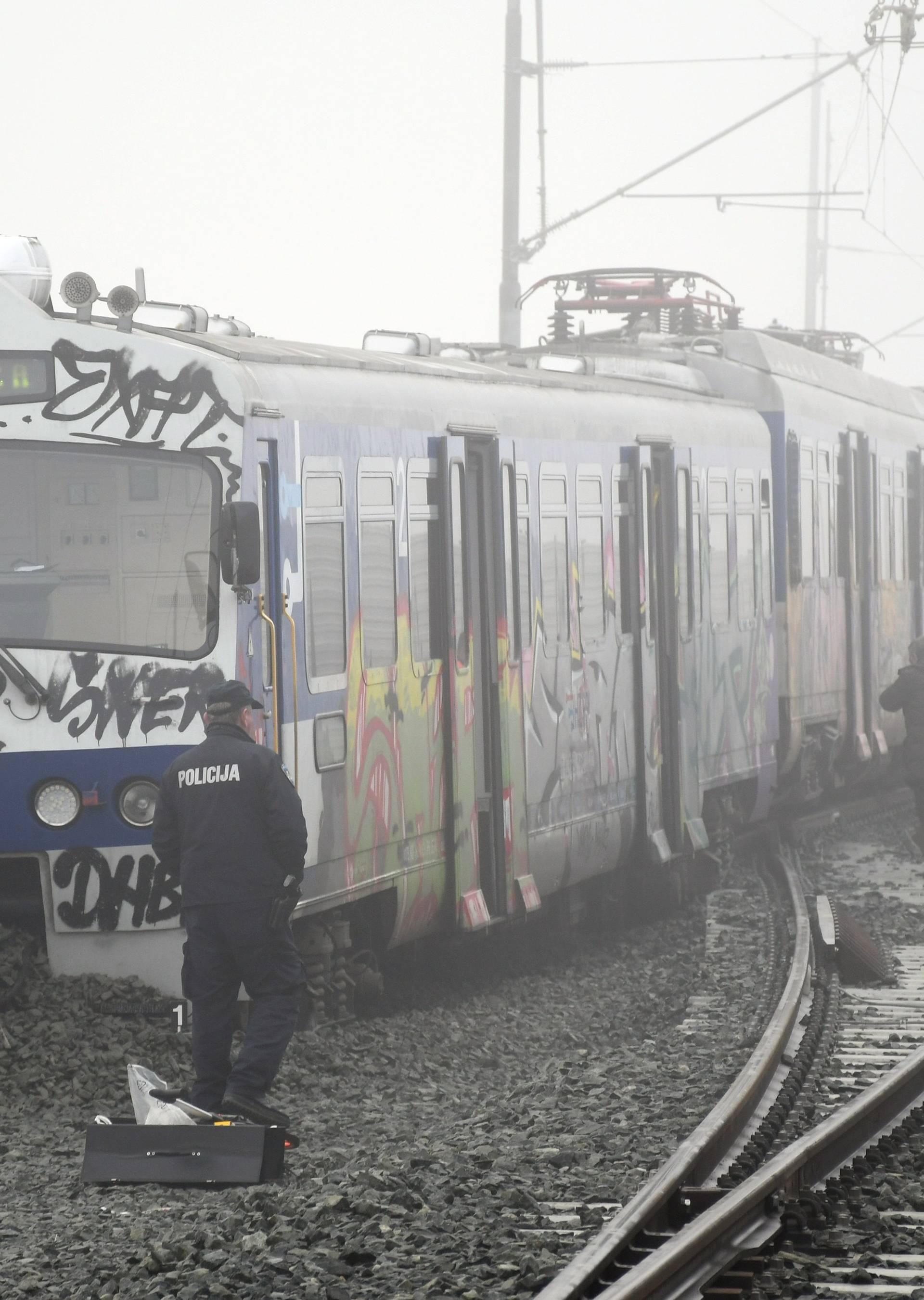 Zbog neiskusnog strojovođe? Pruga nova, a vlak u šljunku...